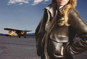 Femme portant un Blouson Aviatrice en cuir A-2 WASP