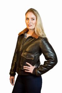 femme qui porte un Blous0on Aviatrice cuir G-1